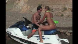Teena Fine et son mec baisent sur une plage