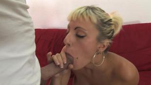 Angy Pink sautée dans le salon par un jeune viril