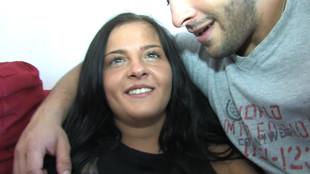 Candy Alexa tranchée dans le canapé par son mec