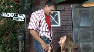 Amy Brooke pompe sauvagement le gros pénis de son baiseur