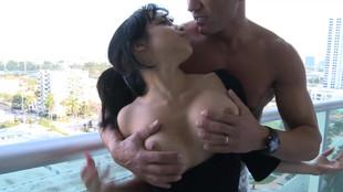 Abella Anderson défoncée debout sur un balcon