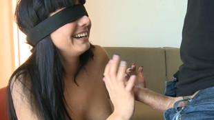 Damaris  suce avec une bande noire sur les yeux