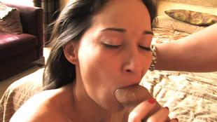 Sabrina s'exhibe chaudement avant de sucer