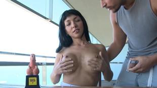 Vicky Storm jouit d'une défonce vaginale sur une table en bois