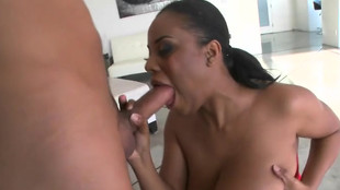 Interracial d'Alia Starr et d'un brun tatoué dominant