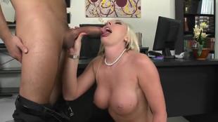 Skylar Price se fait baiser au bureau par un amant