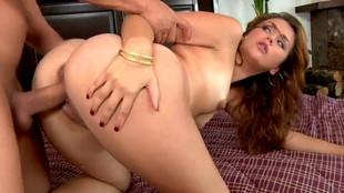 Levrette vaginale d'Allie Haze dans son lit