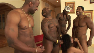 Desiree Diamond vide les couilles de quatre veinards