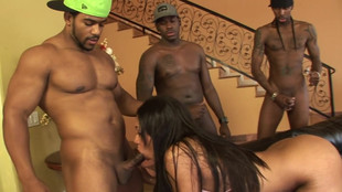 Carmen Michaels suce une meute de lascar blacks