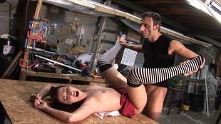 Un mâle dominant soumet Roxanne à ses désirs