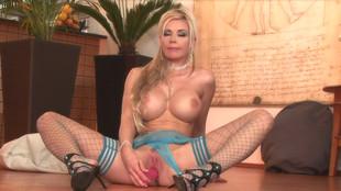 Caylin Curtis s'exhibe puis se masturbe dans son salon
