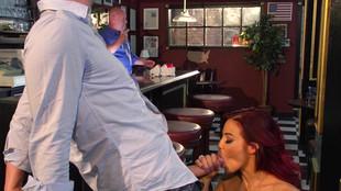 Ryder Skye défoncée par un inconnu dans un bar