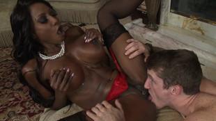 Diamond Jackson adore la bite jeune et juteuse