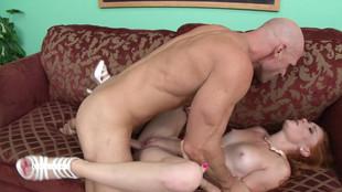 Alex Tanner sautée pendant une réunion des accrocs au sexe
