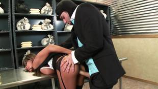Un braqueur défonce Madison Ivy dans la salle de coffres