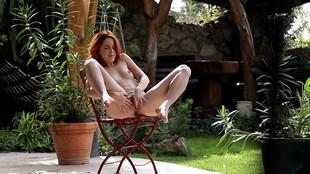 Amarna Miller assouvit ses désirs sexuels en solo sur sa terrasse