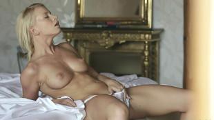 Kiara Lord se procure du plaisir en solo