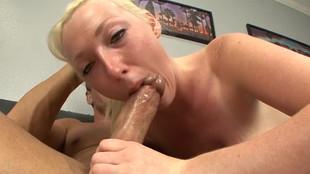 Un plaisir de fellation partagé entre une blonde et un gentleman