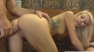 Une bonne baise avec Monique Alexander dans une boutique de meubles