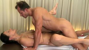 Un massage qui tourne en une partie de jambes en l'air