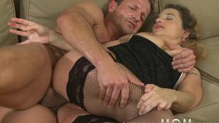 Ébats sexuels hot d'une belle blonde au foyer