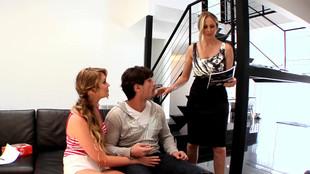 Trio de sexe intense avec Julia Ann et Jessie Andrews