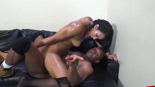 Une chaudasse en collants défoncée dans un canapé en cuir noir