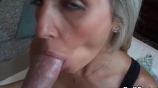 Une blonde au cul sexy et faible poitrine très bonne suceuse de bite