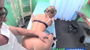 Une jeune blonde sautée par un doc vicieux