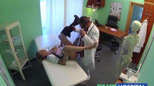 Infirmière et médecin en chef baisent en toute gaieté