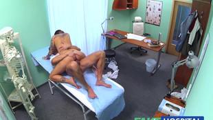 La jeune brune en prend cher en compagnie de son médecin