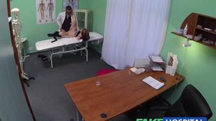 Il tranche la moule d'une patiente au cours d'un consultation