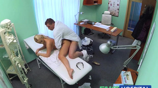 Il nique son assistante avant une patiente sexy