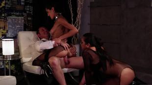 Adriana Luna et Chloe Amour sont soumises aux désirs d'un mâle