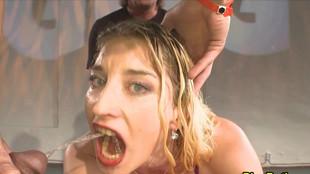 Partouze uro d'une blonde soumise pimentée à la double pénétration
