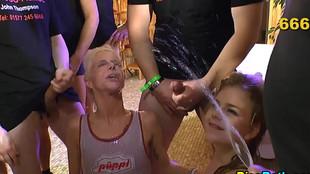 Deux suceuses se font pisser dessus pour clore une orgie