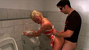 Une blonde sautée dans les toilettes