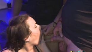 Partouze interraciale de sexe uro
