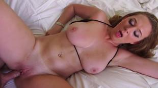 Brooke Wylde subit une éjaculation mammaire après une bonne baise vaginale