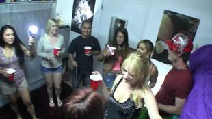 Une blonde en chaleur baisée pendant une fiesta hot