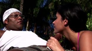 La jeune Silvia Sabatiny tranchée au soleil par un viril