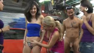 Dans un garage Lyla se fait démonter sur le capot d'une véhicule