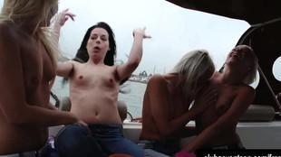 Grosse orgie lesbienne dans un yacht avec une bande de meufs coquines