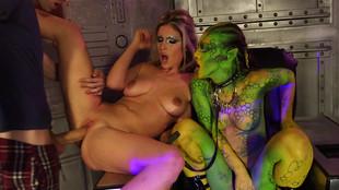 Tiffany Doll la diablesse et Eva Parcker se prennent une éjaculation faciale