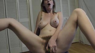 amatrice poilue se masturbe avec un concombre