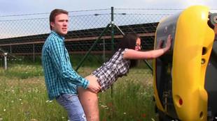 baise d'un couple allemand devant un tractopelle