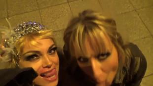Deux suceuses blondes vident les couilles d'un mec en pleine gare