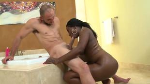 Black Belladonna branle la queue de son mec après l'avoir sucé