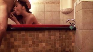 Jessica Ryan suce la queue de son mec dans la baignoire