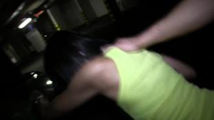 Limage vaginale sévère d'une jeune brune dans un garage souterrain